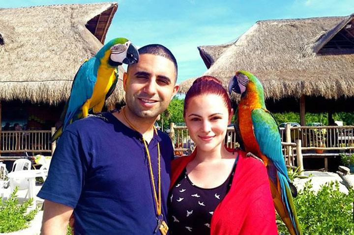 2-parrots-with-clients